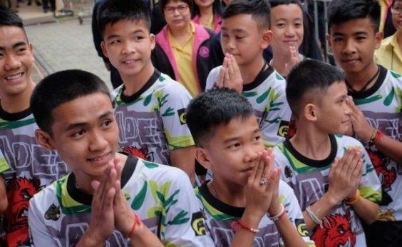 [Meninos da Tailândia relatam que tentaram 'não pensar em comida': 'Bebíamos a água que caía das pedras']