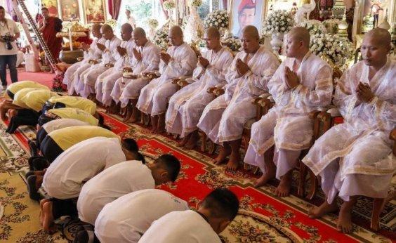 ['Javalis Selvagens' visitam templo budista para agradecer recuperação]