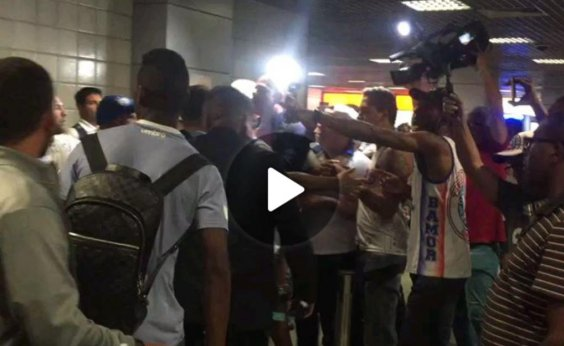 [Jogadores do Bahia são agredidos por torcedores em aeroporto; veja vídeo]