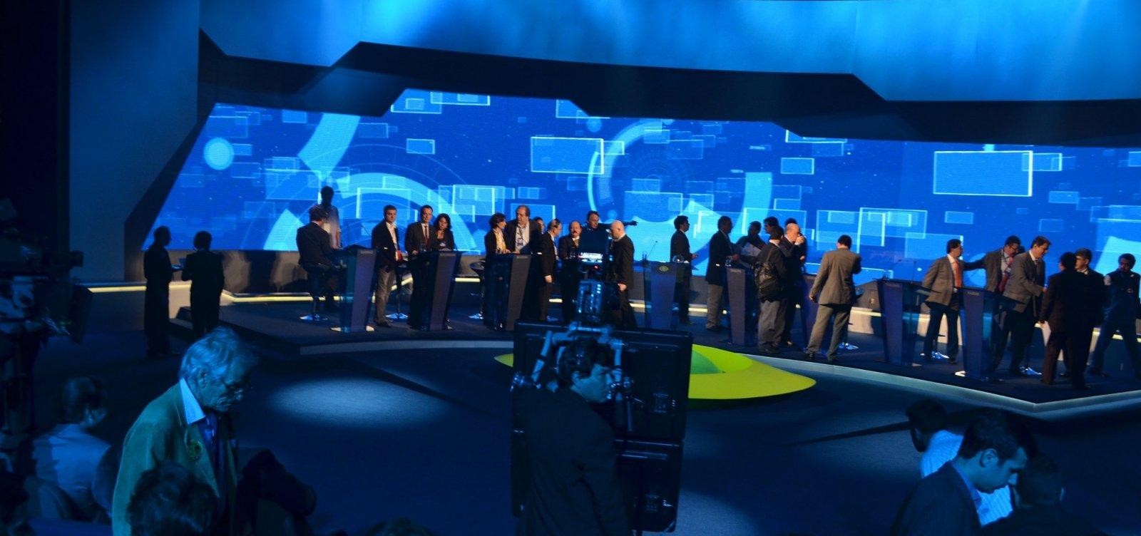Os candidatos a presidente da República se enfrentam hoje (9) pela primeira vez em um debate de televisão. O encontro vai acontecer as 10 horas da noite na TV Bandeirantes.  O programa será mediado pelo jornalista Ricardo Boechat. Dos 13 nomes, apenas os oito cujos partidos têm no mínimo cinco deputados na Câmara vão participar: Álvaro Dias (Podemos), Cabo Daciolo (Patriota), Ciro Gomes (PDT), Geraldo Alckmin (PSDB), Guilherme Boulos (PSOL), Henrique Meirelles (MDB), Jair Bolsonaro (PSL) e Marina Silva (Rede).  O ex-presidente Luiz Inácio Lula da Silva (PT) não vai estar presente por estar preso na sede da Superintendência da Polícia Federal, em Curitiba, após ser condenado em segunda instância por corrupção e lavagem de dinheiro.
