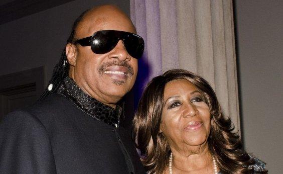 [Stevie Wonder e Jesse Jackson visitam Aretha Franklin, que está 'gravemente doente' ]