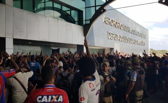 [Torcida do Bahia faz festa em aeroporto durante embarque para decisão na Copa do Brasil]