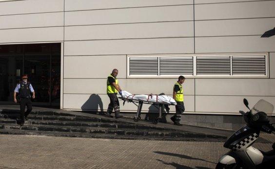 [ Homem ataca delegacia com faca e é morto na Catalunha ]