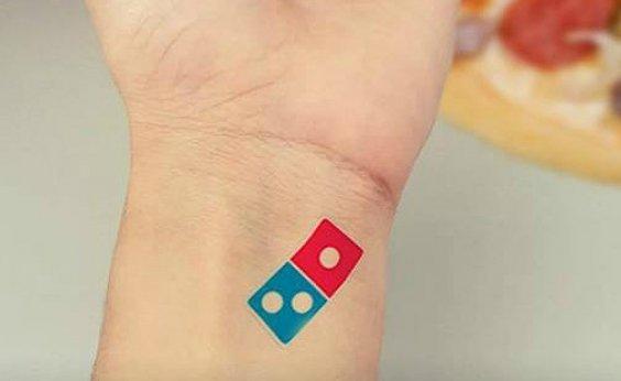 [Domino's dá 100 anos de pizza grátis para quem tatuasse logo da marca]