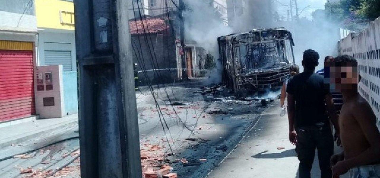 [Ônibus continuam sem circular em rua do Jardim das Margaridas após incêndio em coletivo]