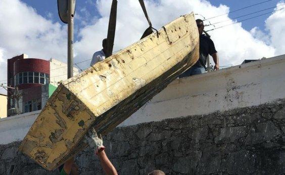 [Prefeitura remove quatro carcaças de barcos e dezenas de objetos na praia do Rio Vermelho]