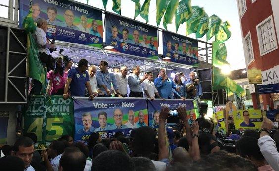 [Morador de rua pula grade com faca e tenta chegar perto de palco de comício de Alckmin]