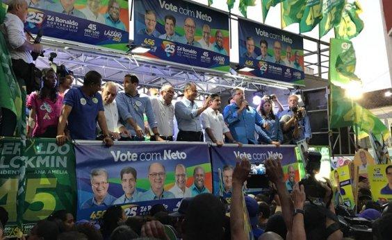 [Mulher com pau de selfie causa mal-entendido durante comício de Alckmin em Salvador]