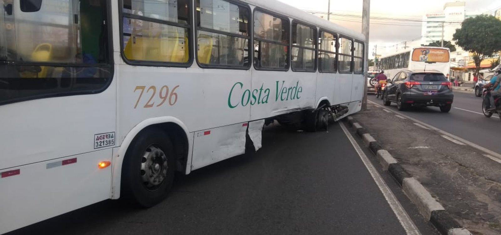 [Colisão entre carro e ônibus congestiona Estrada do Coco; veja trânsito]