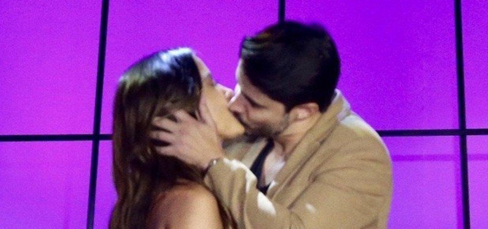 [Cantor tasca beijão em Anitta: 'Bom pra caramba']