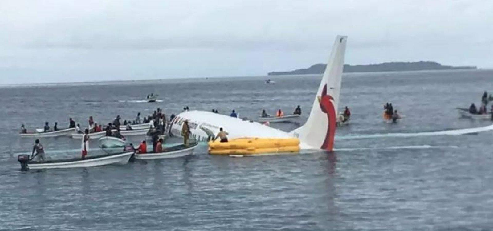 [Avião cai em lagoa na Micronésia após sair da pista]