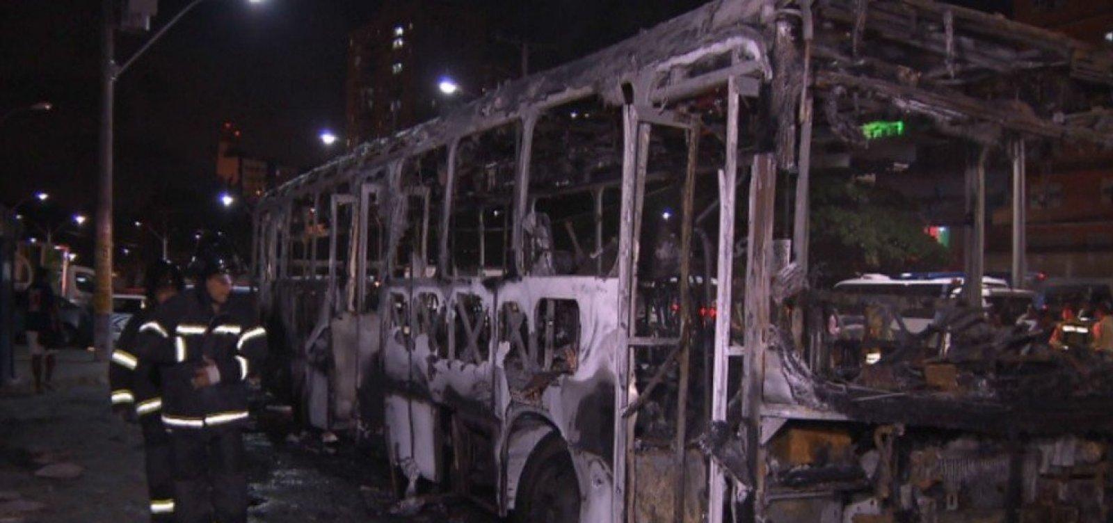 [Bandidos incendeiam ônibus no bairro das Sete Portas]