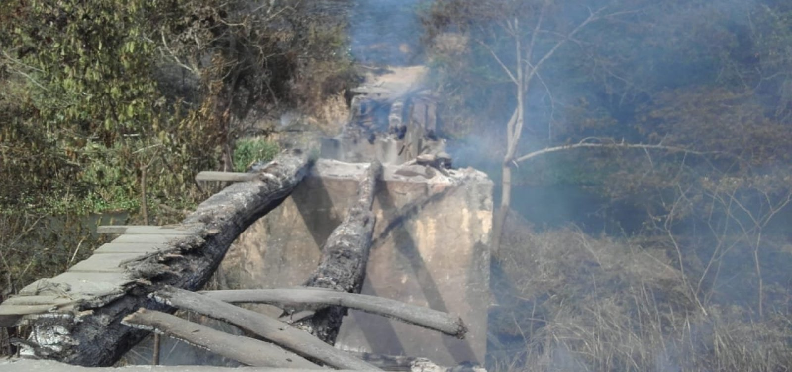 [Incêndio destrói ponte e deixa 40 famílias 'isoladas' em Caatiba]