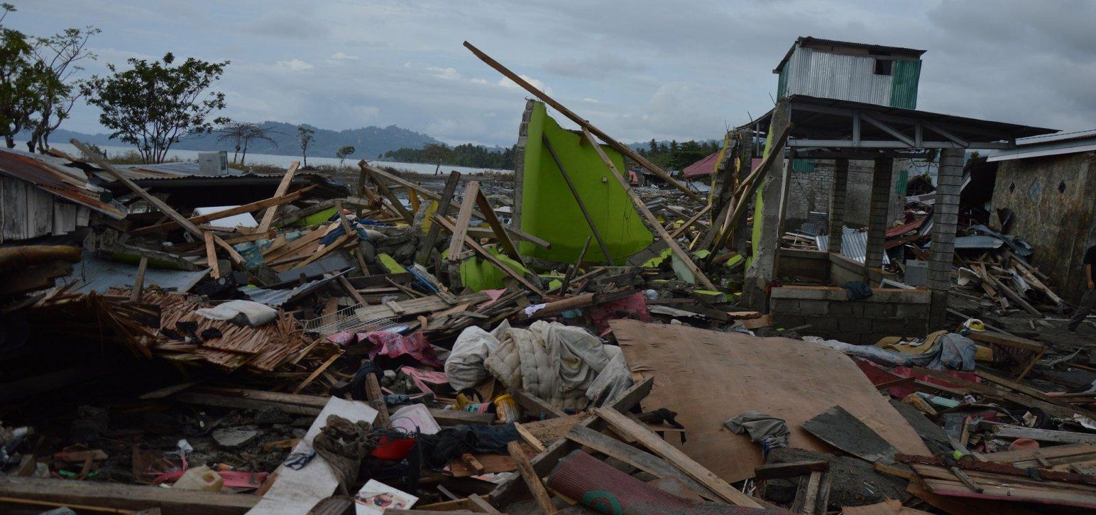 [Número de mortos sobe para 1,4 mil e vulcão entra em erupção na Indonésia]