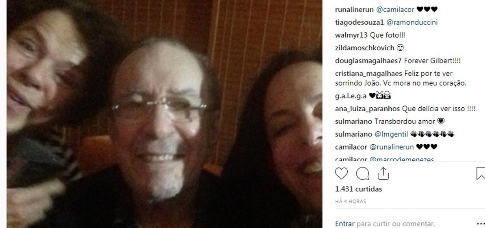 [Após desentendimentos, Bebel posta foto com o pai, João Gilberto: 'Family mode ❤']