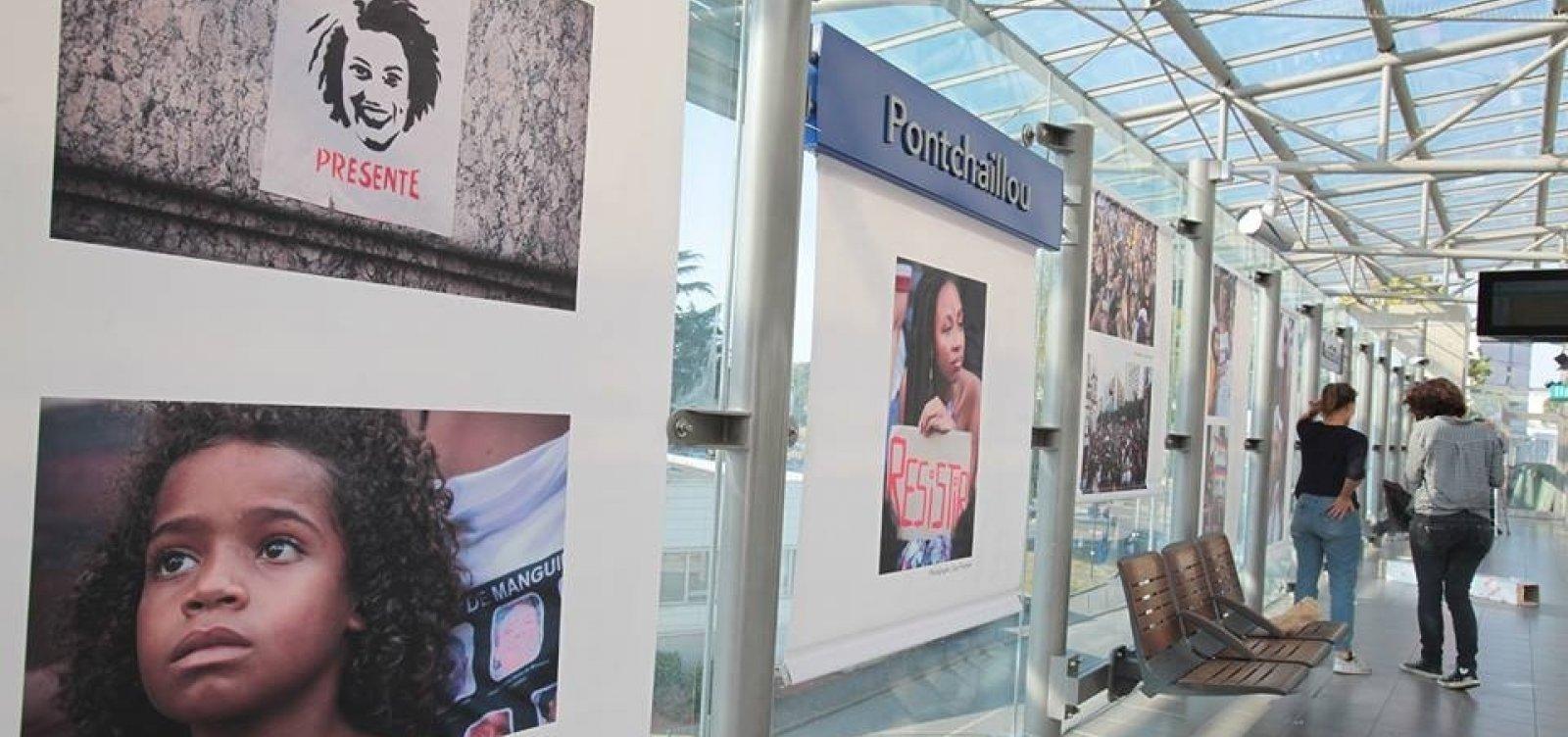 [Fotos do velório de Marielle são expostas em estação de metrô na França]