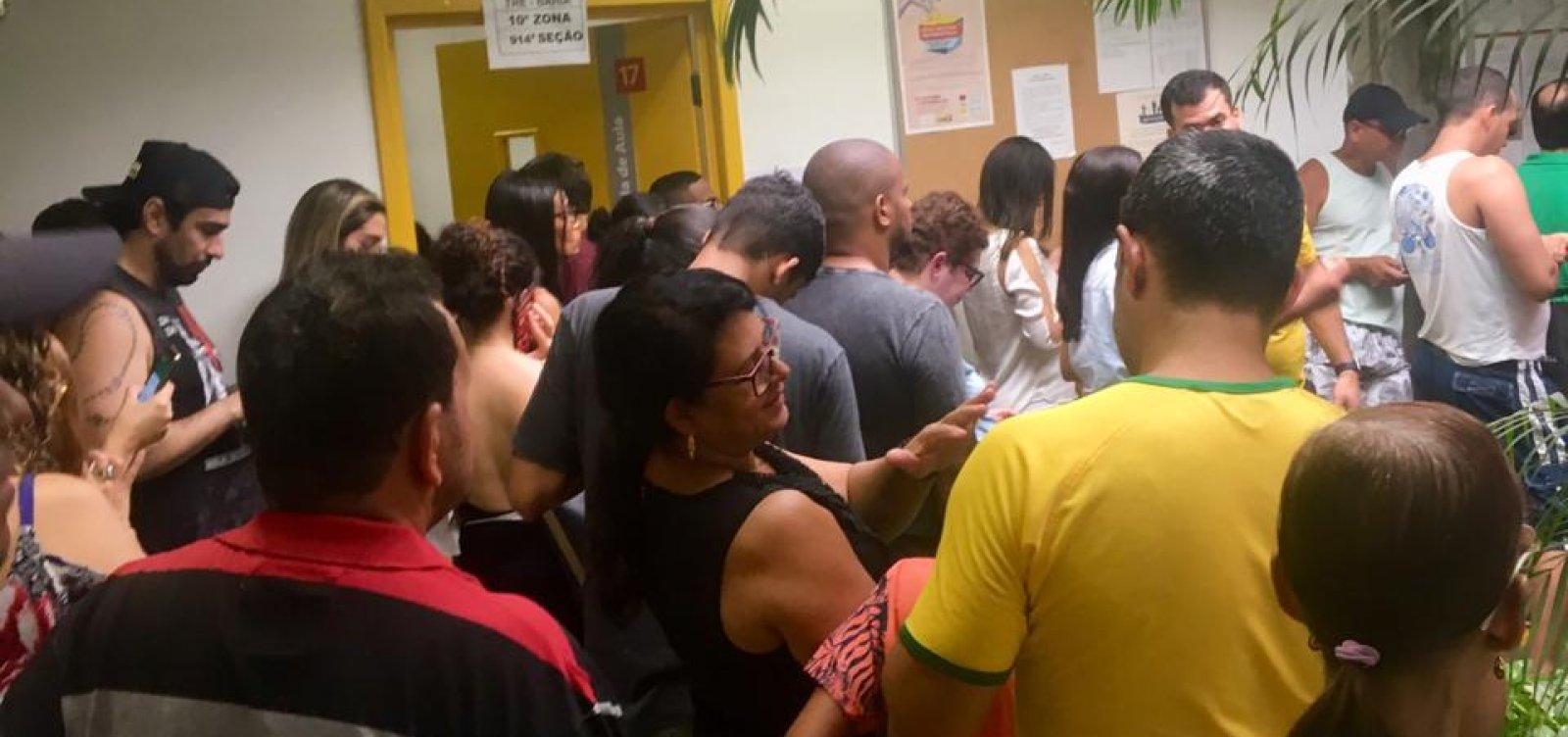 [Baianos esperam até quatro horas para votar em Salvador ]