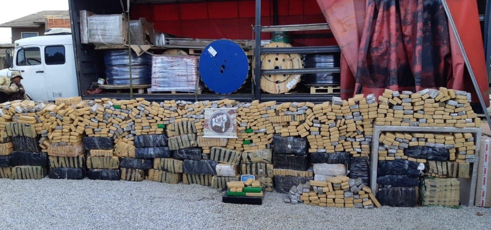 [Polícia apreende mais de duas toneladas de maconha em caminhão e carro de luxo]
