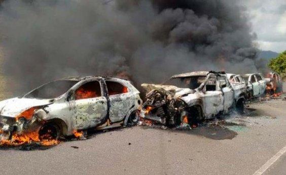 [Engavetamento com carros queimados deixa feridos em Itororó]