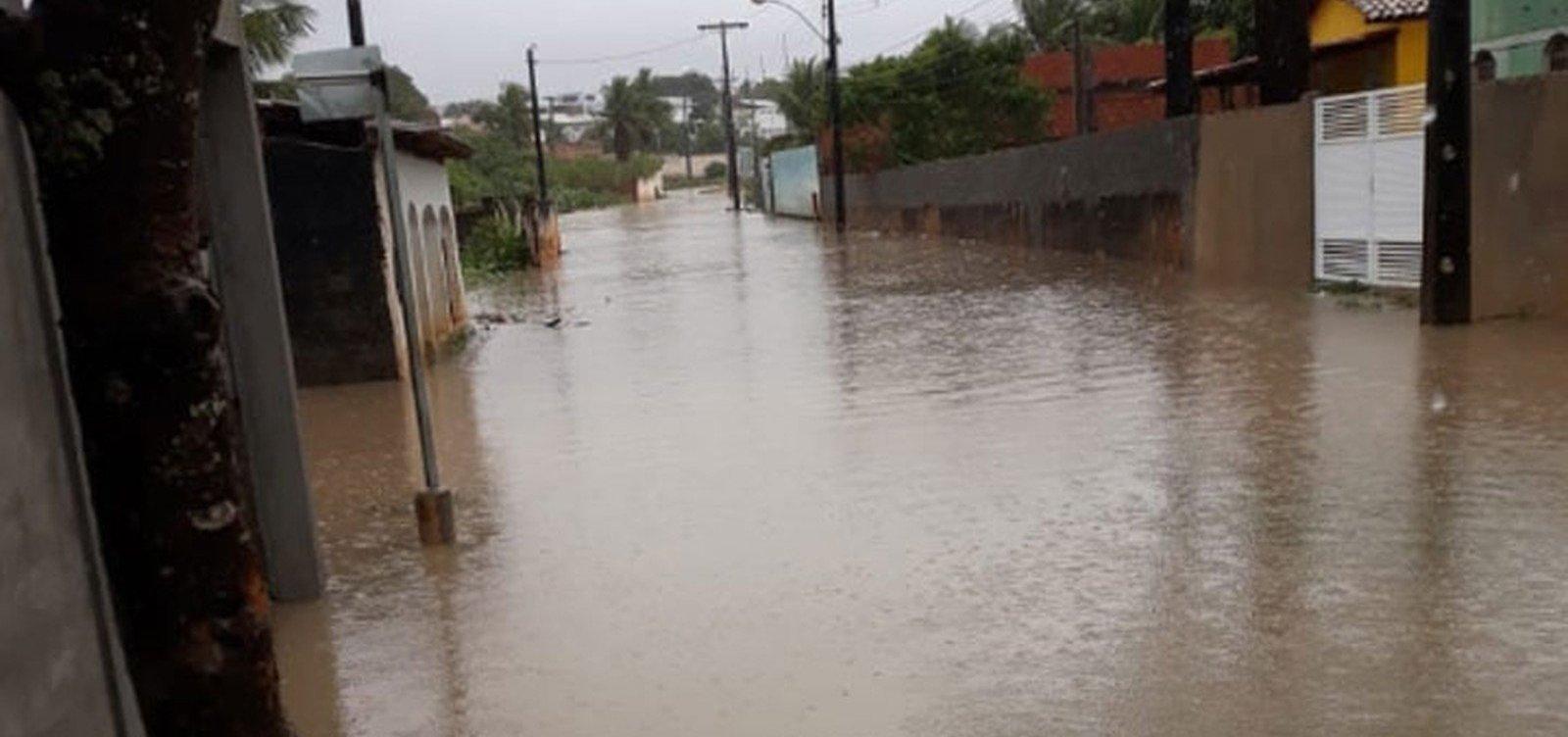 [Alagoinhas: chuva forte alaga ruas e residências]