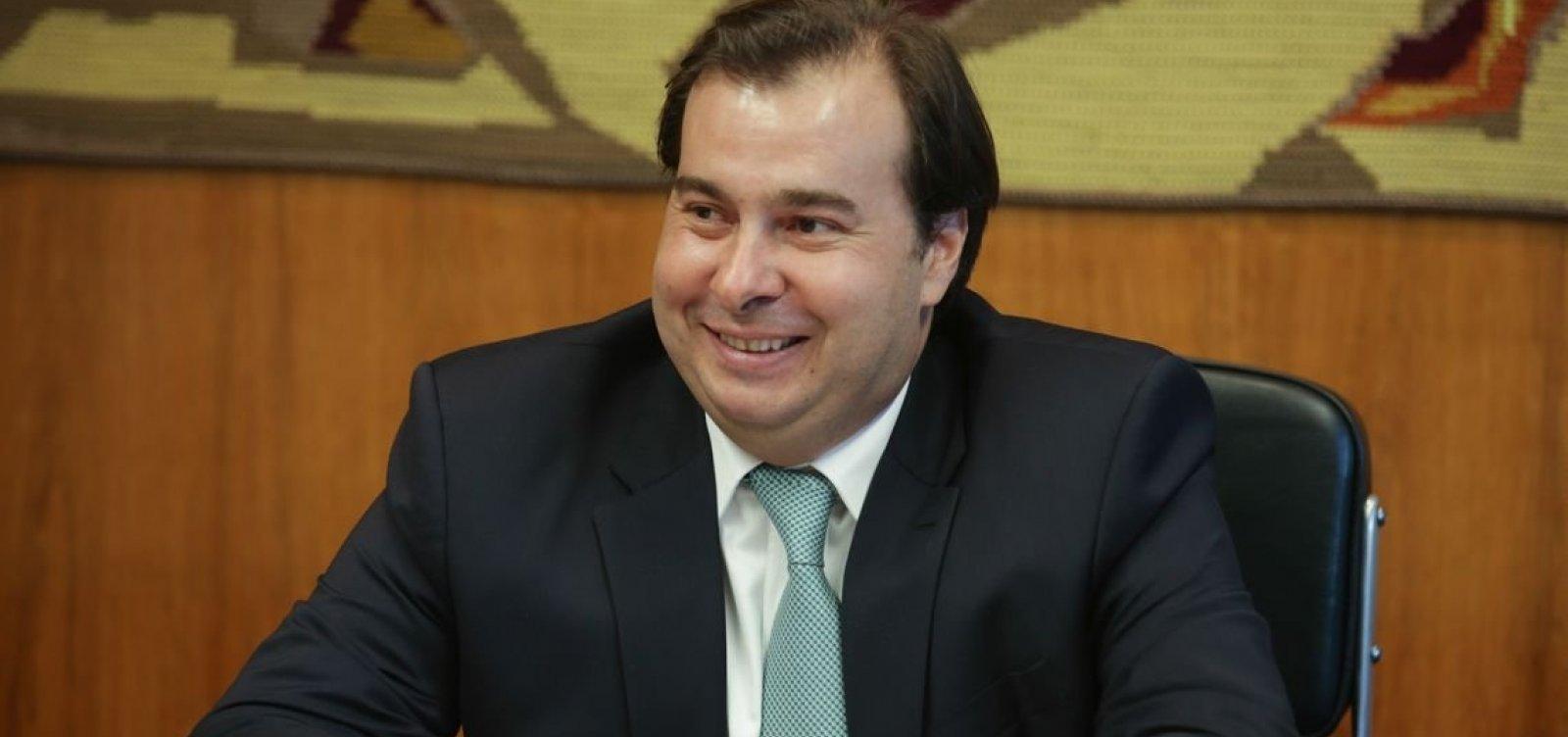 [Para tentar aproximação com Bolsonaro, Maia vai colocar em pauta agenda pró-armas]