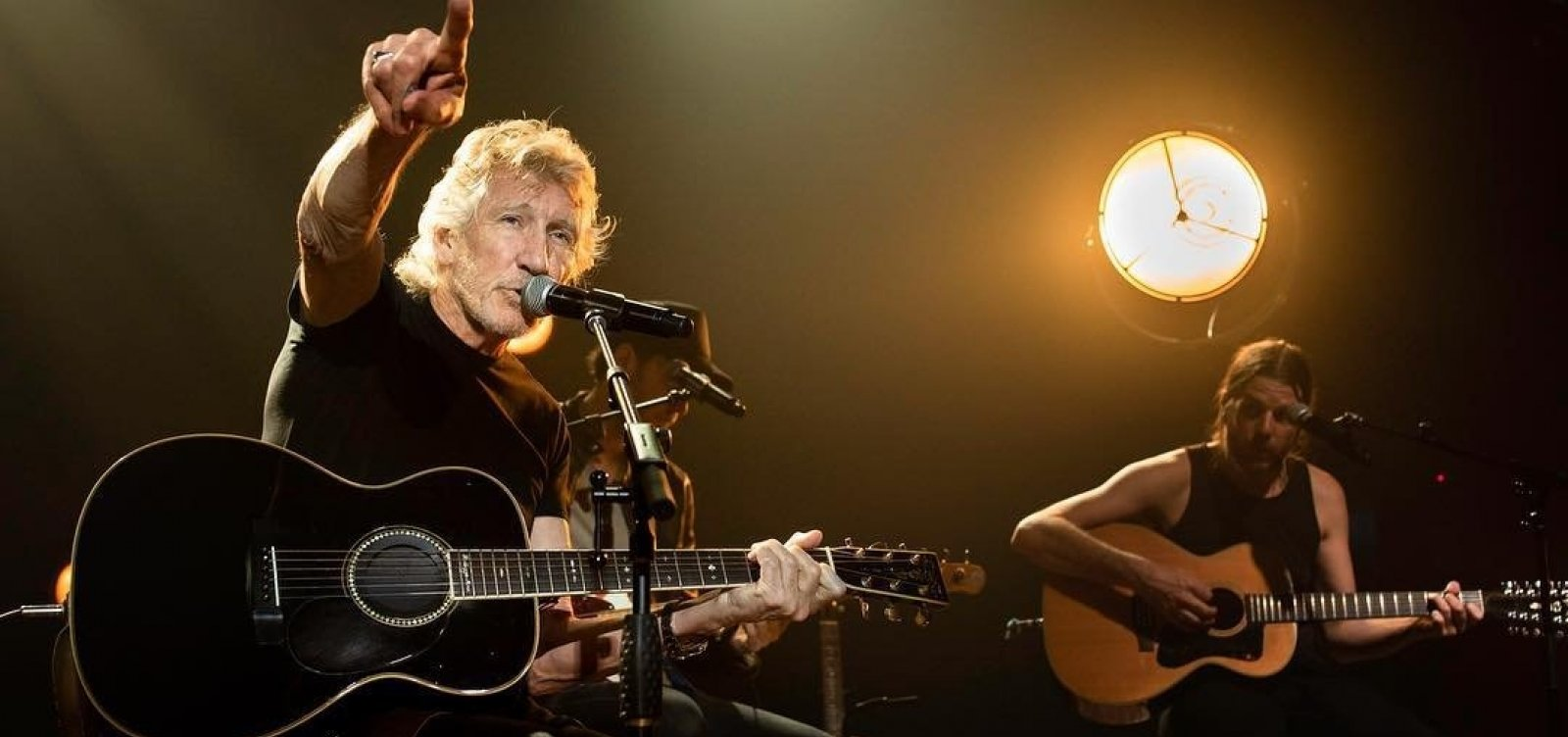 [Antes da proibição legal, Roger Waters exibe 'Ele Não!' em telão de show em Curitiba]