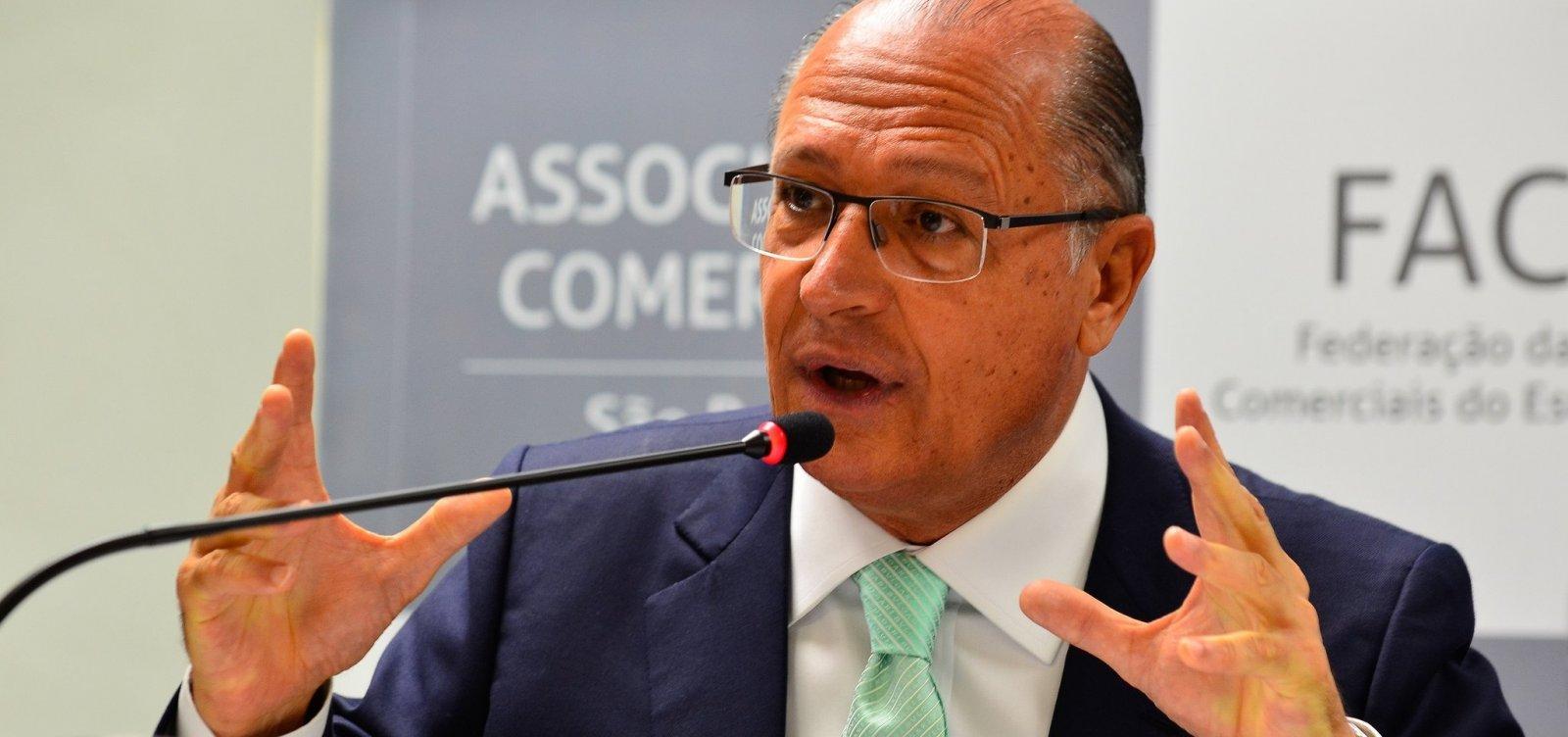 [Em colégio eleitoral, Alckmin destaca democracia e não revela voto]