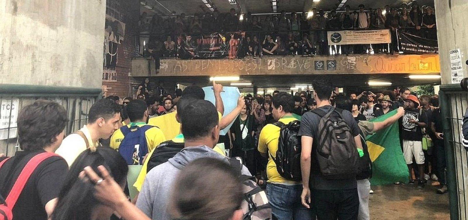 [Manifestantes pró e contra Bolsonaro entram em confronto na UNB]