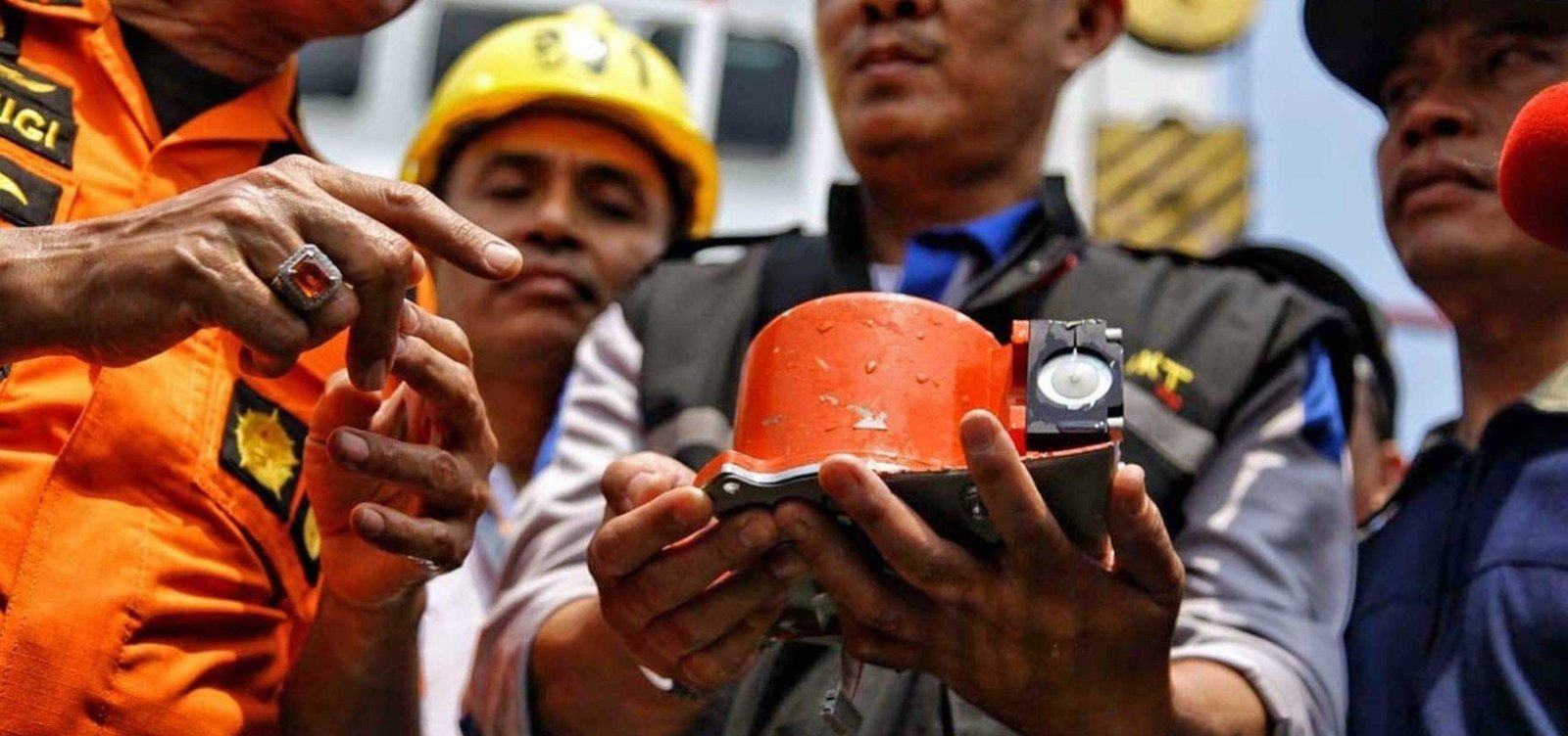 [Autoridades encontram caixa-preta de avião que caiu na Indonésia com 189 a bordo]