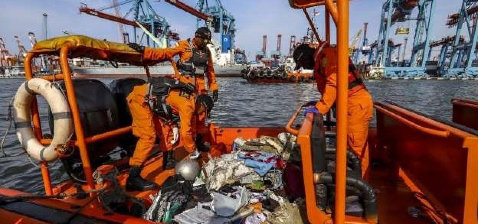 [Mergulhadores buscam segunda caixa-preta de avião que caiu na Indonésia]