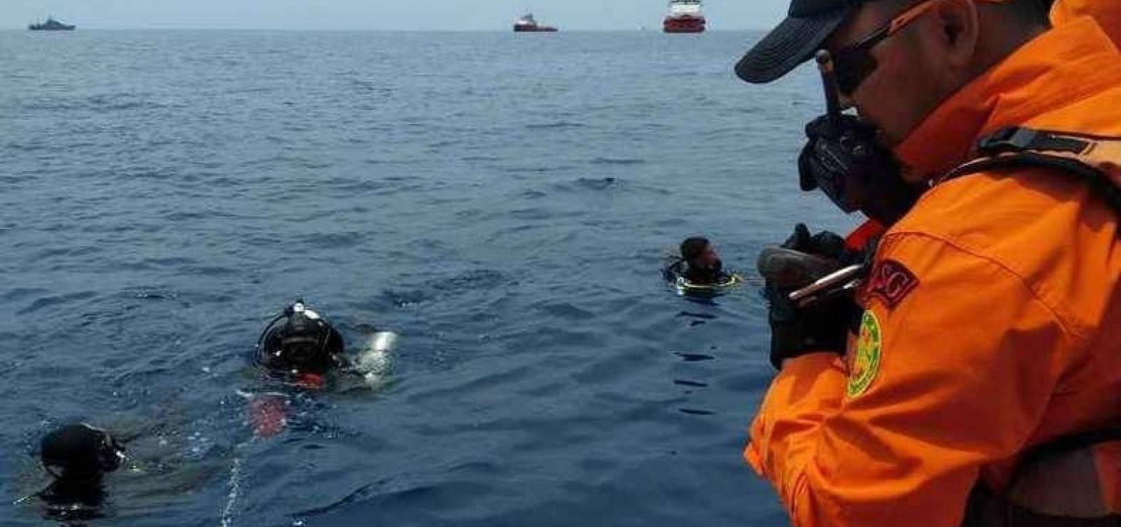 [Morre um dos mergulhadores que procurava caixa-preta de avião que caiu na Indonésia]