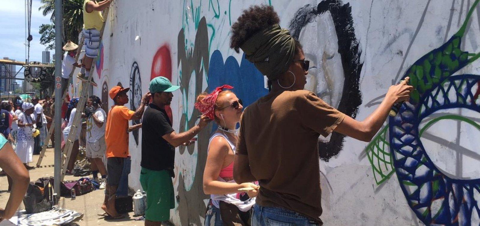 [Em protesto a pichações, artistas e integrantes do candomblé pintam muro de terreiro em Salvador]
