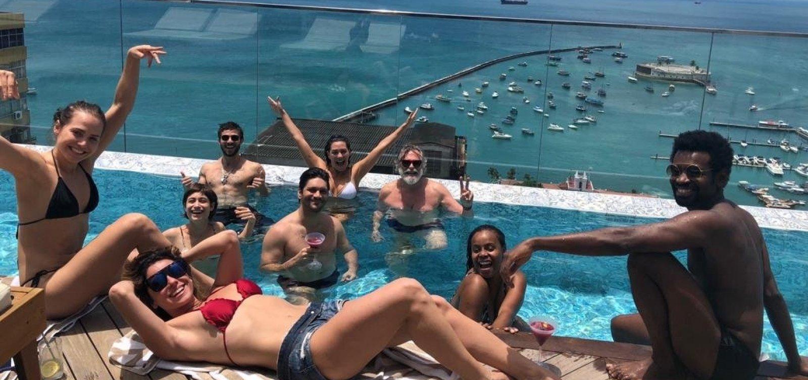 [Entre gravações, elenco de Segundo Sol curte piscina no Fera Palace Hotel]