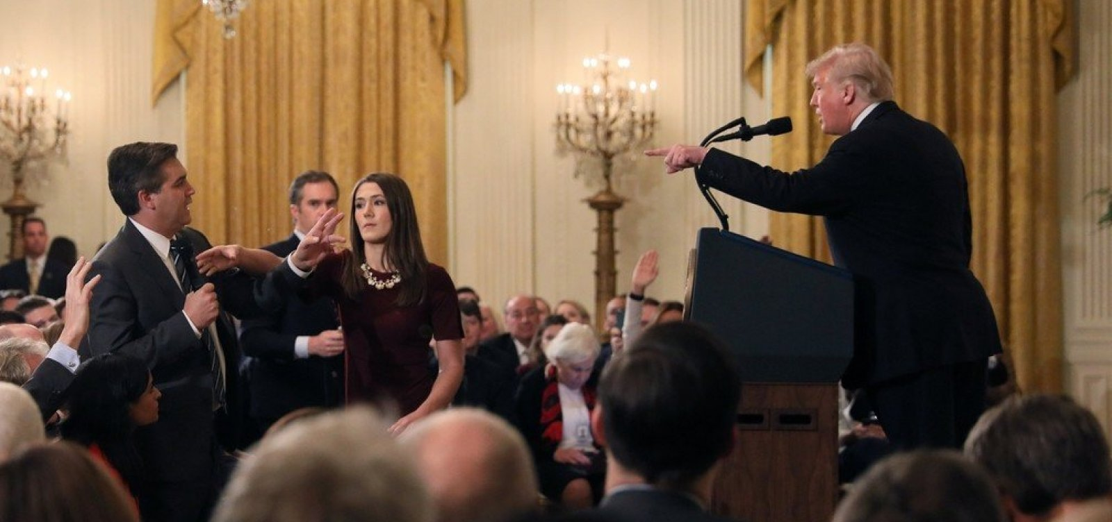 [Após discussão com Trump, jornalista da CNN tem credencial suspensa pela Casa Branca]