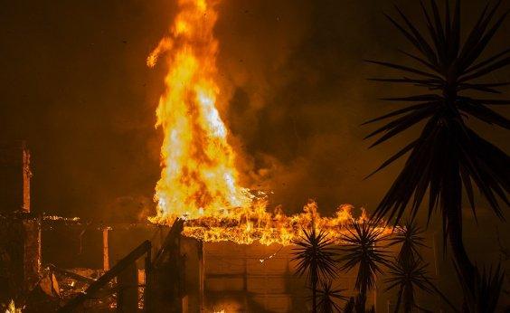 [Apenas 30% das chamas de incêndio na Califórnia foram contidas]