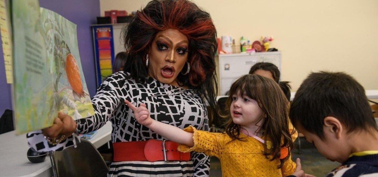 [Drag queen reúne famílias com crianças para ler histórias nos EUA]