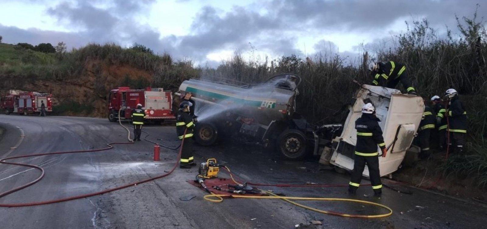 [Motorista de caminhão-tanque morre após veículo se chocar contra barranco]