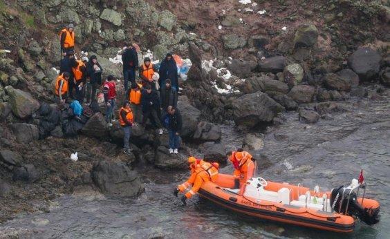 [Turquia resgata 44 refugiados após naufrágio a caminho da ilha de Lesbos]