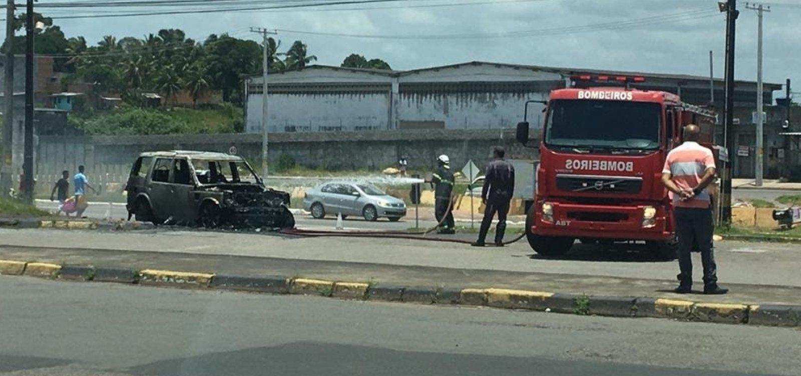 [Assista: carro de presidente do Bahia pega fogo; cartola se dirigia à Cidade Tricolor]