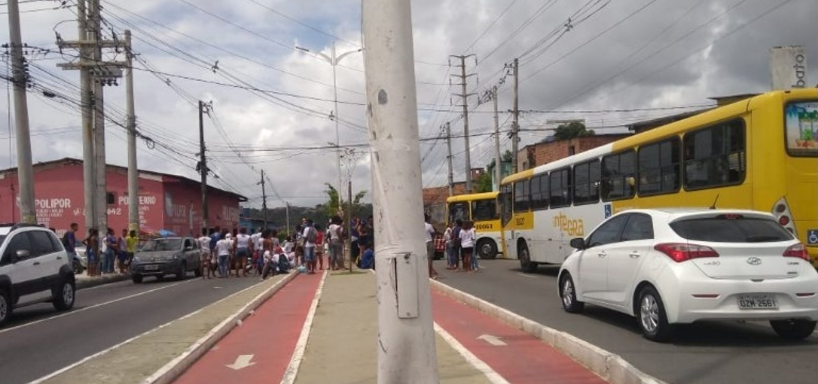 [Manifestantes protestam, em Salvador, contra fechamento de escolas estaduais]