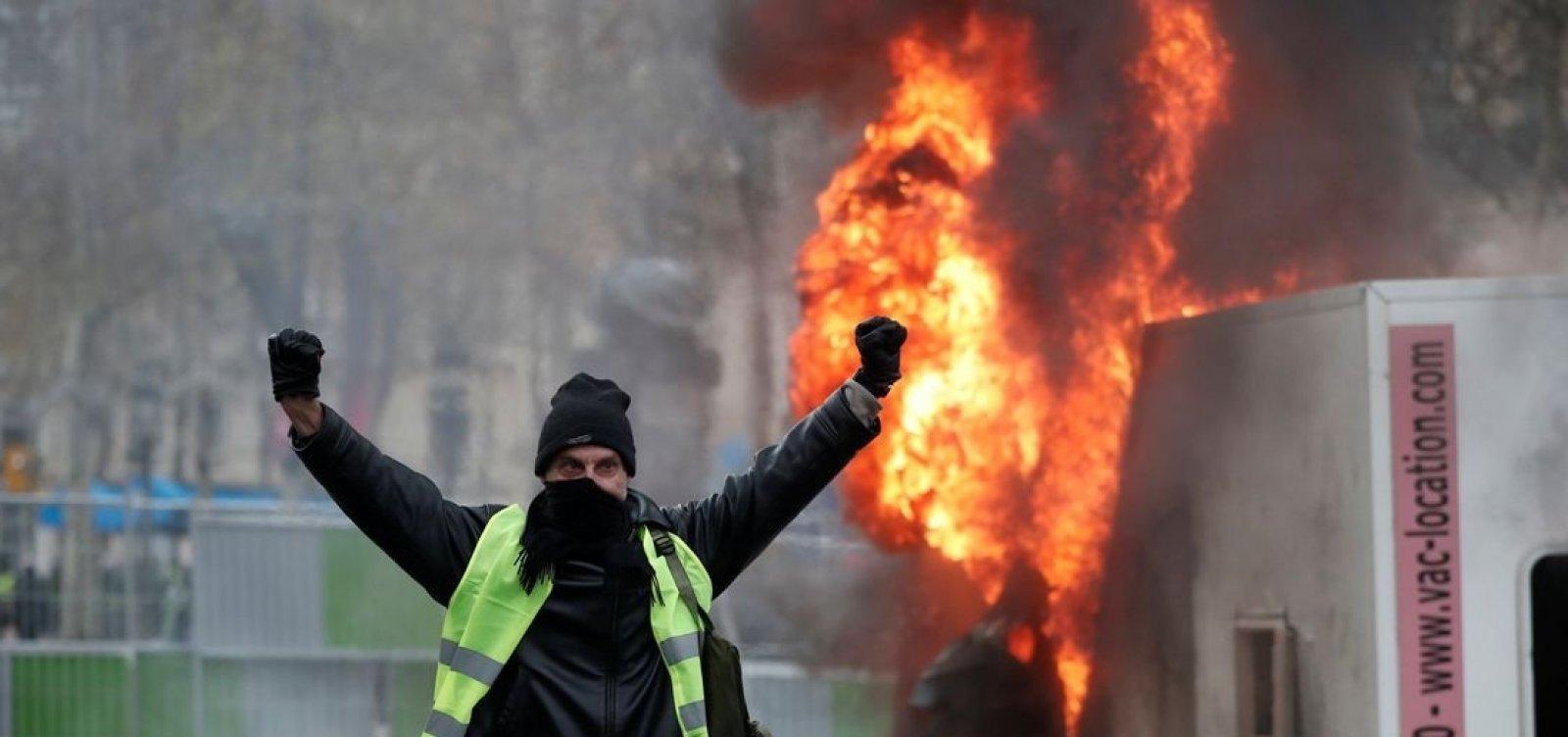 [Manifestantes protestam contra aumento de combustíveis em Paris]