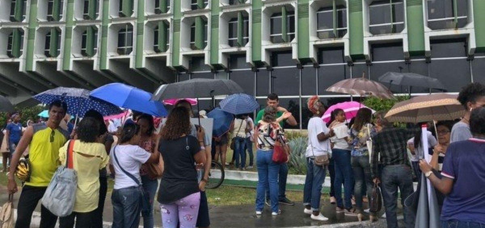 [Professores protestam em Salvador contra fechamento de escolas estaduais]