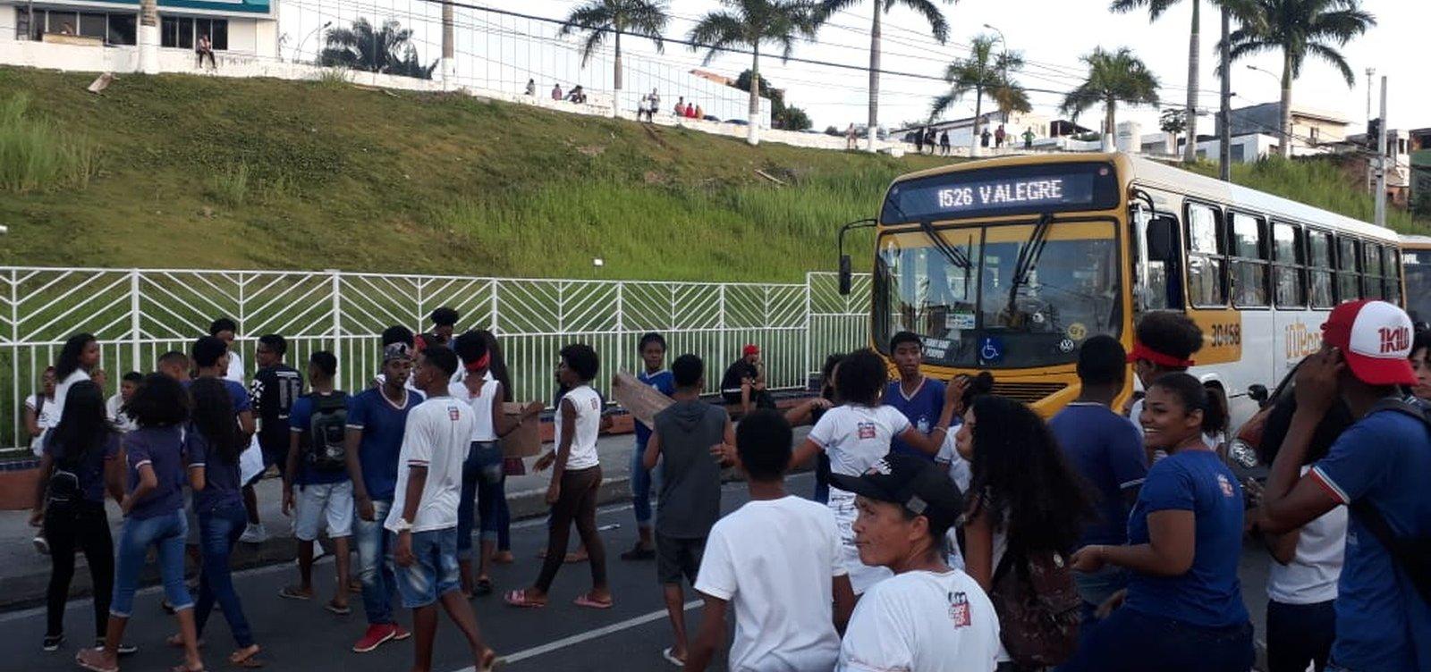 [Estudantes protestam na Avenida Suburbana contra fechamento de escola]