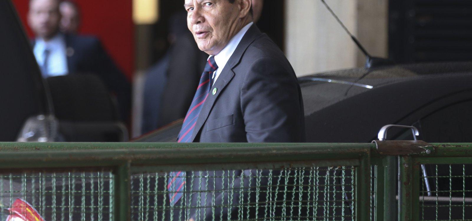 [Mourão cobra que Bolsonaro crie 'centro de governo' para monitorar ministérios]