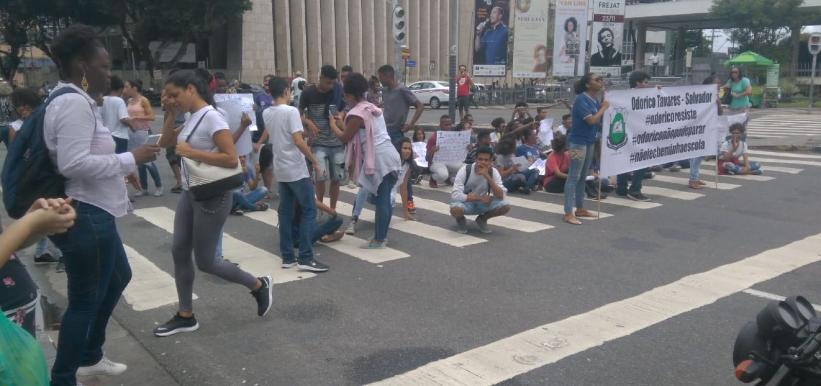 [Estudantes protestam contra fechamento do Colégio Estadual Odorico Tavares]