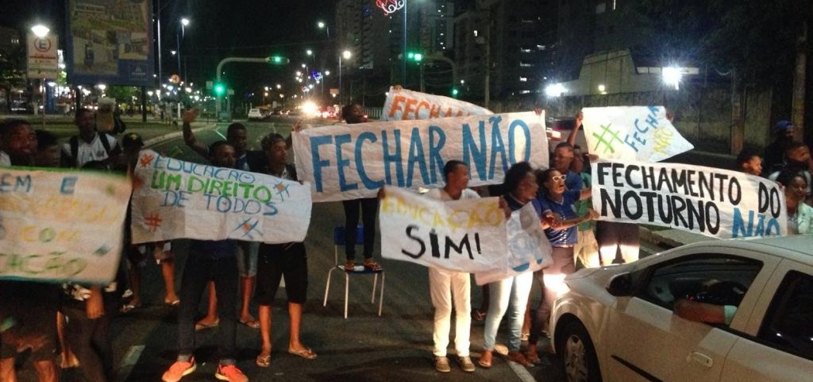 [Estudantes fecham avenida e iniciam protesto no Imbuí]