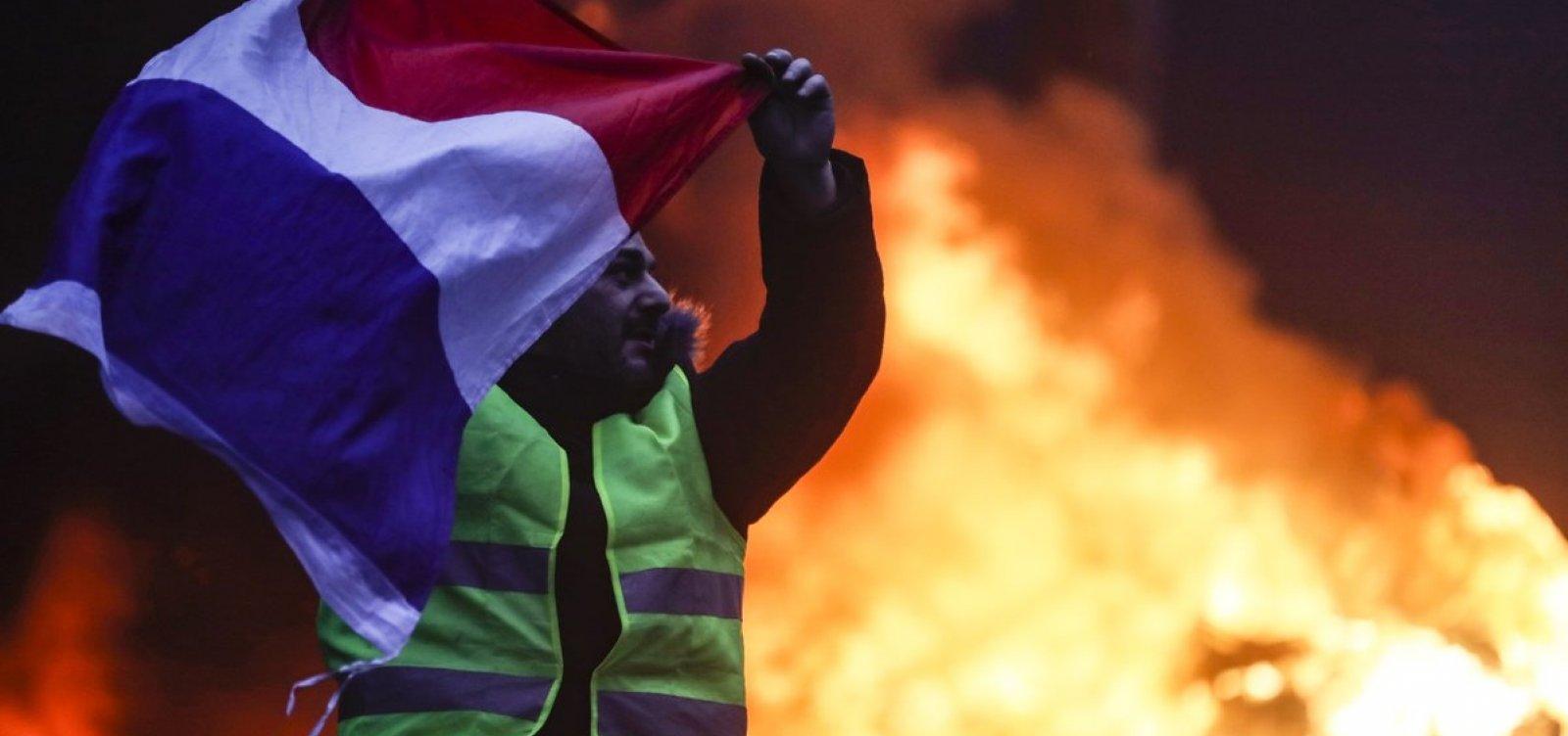 [França vive nova semana de protestos contra reformas; mais de foram 200 presos]