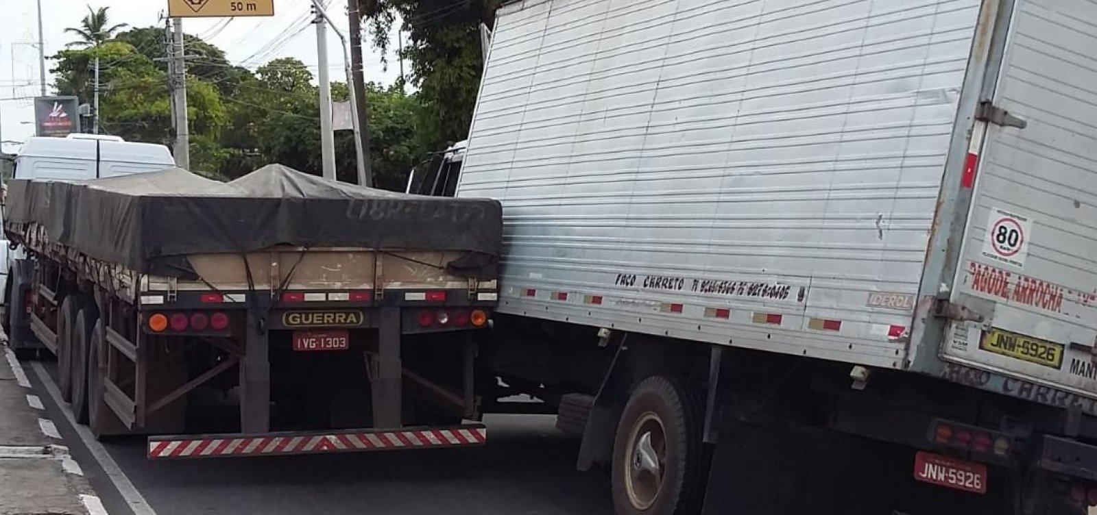 [Caminhões 'se enroscam' e travam trânsito na Estrada do Coco]