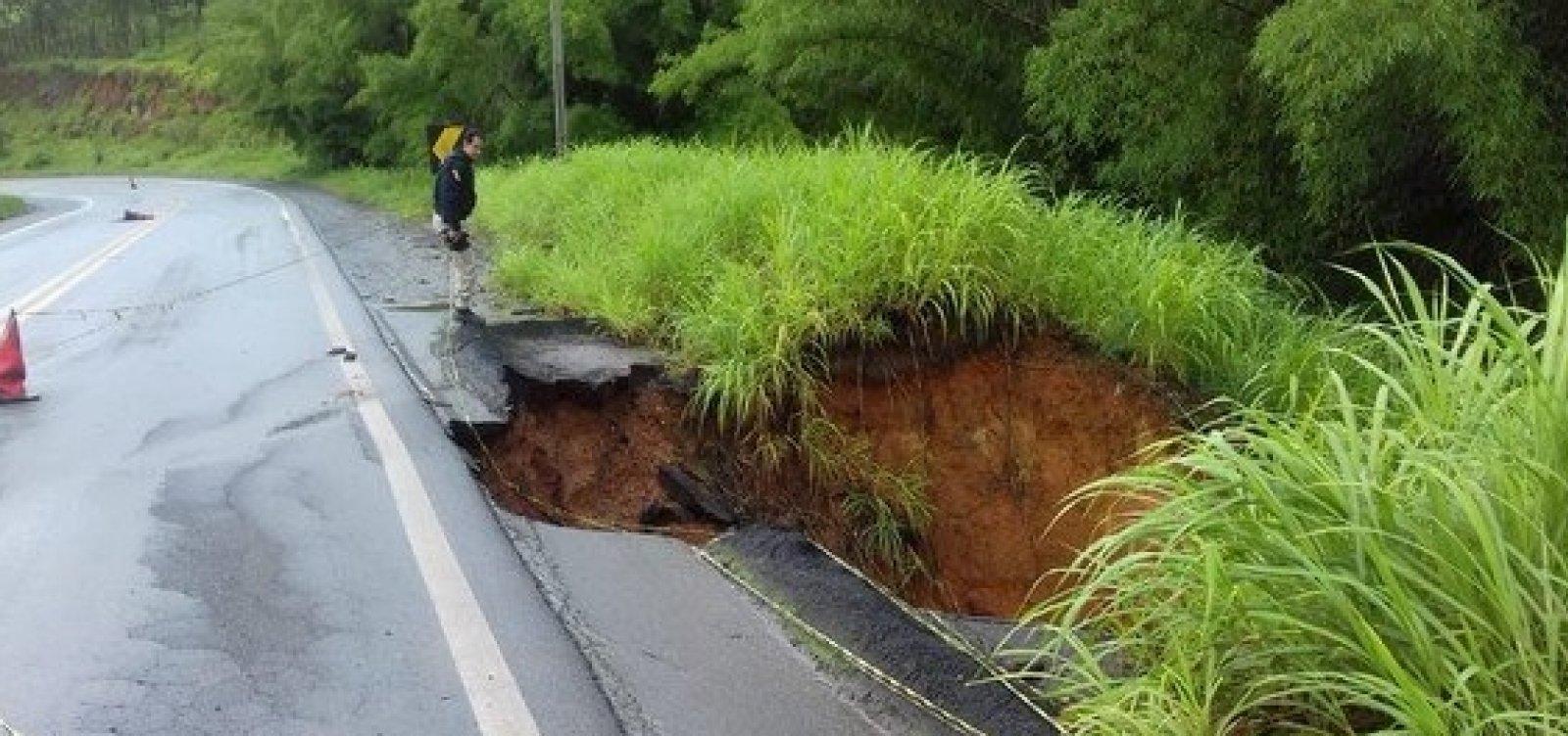 [Chuva destrói parte de acostamento em estrada do sul da Bahia]