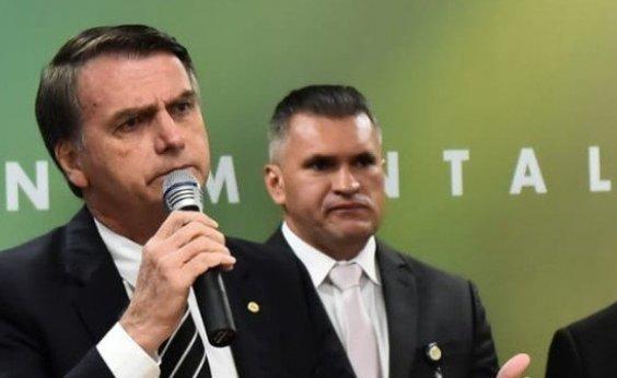 [Zé Rocha presenteia Bolsonaro com camisa do Vitória e organizada de esquerda do clube protesta]